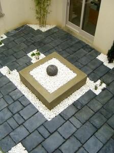 Fontaine carrée dans une cour intérieure - Valence